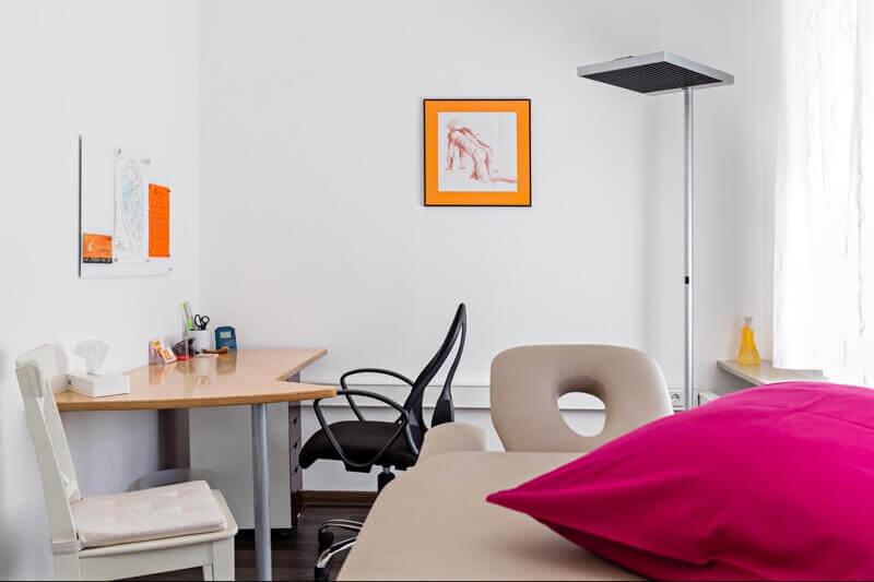Behandlungsraum Praxis orange